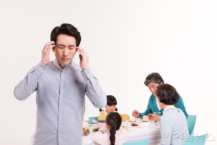 설 명절 갑작스러운 통증에 시달리는 가족.jpg