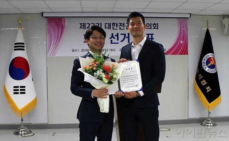 이승우 당선인과 전인표 중앙선거관리위원장.jpg