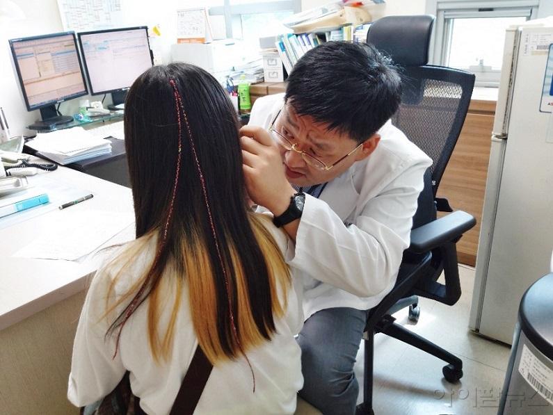 직업환경의학과 이태경과장이 아동검진을 하고 있다..jpg