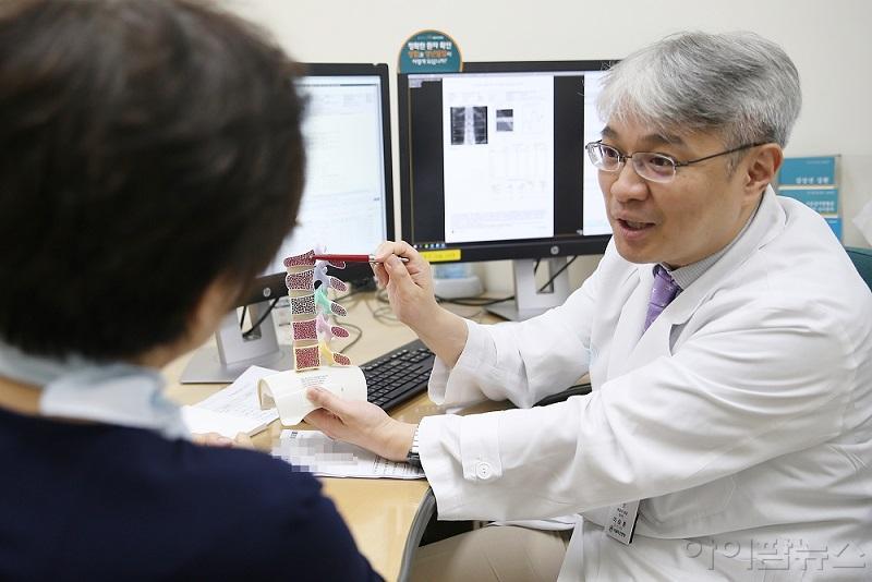 이승훈 교수가 폐경기 골다공증 환자의 진료 상담을 하고 있다.jpg