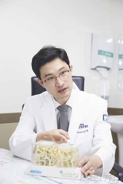 인천성모병원 신경외과 최두용 교수가 골다공증에 대해 설명하고 있다 (1).jpg