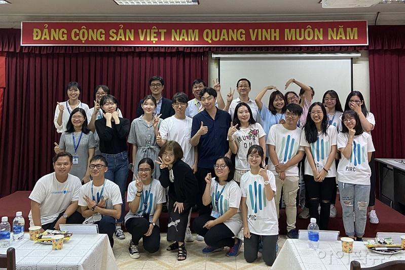 베트남 연수 단체사진 (성균관대 약대 학생들, 호치민 약대 학생들 및 교수).jpg