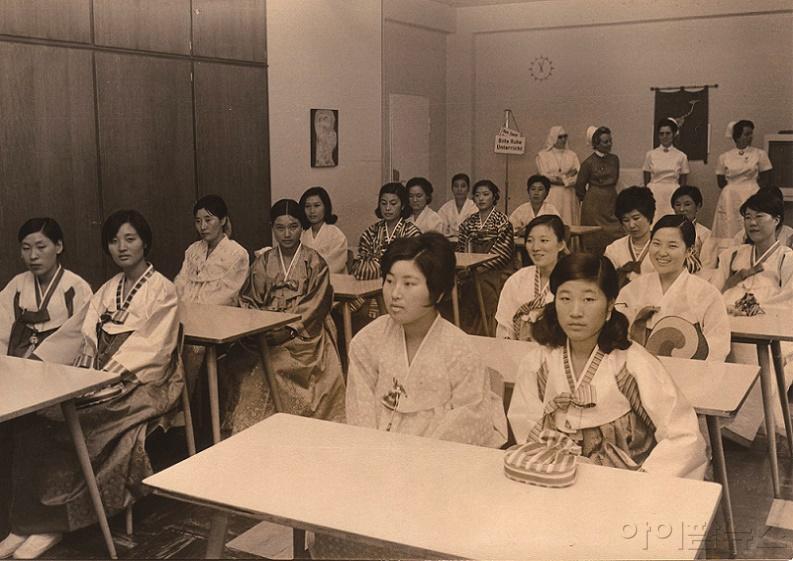 서독에 진출한 간호조무사들의 현지병원에서.jpg