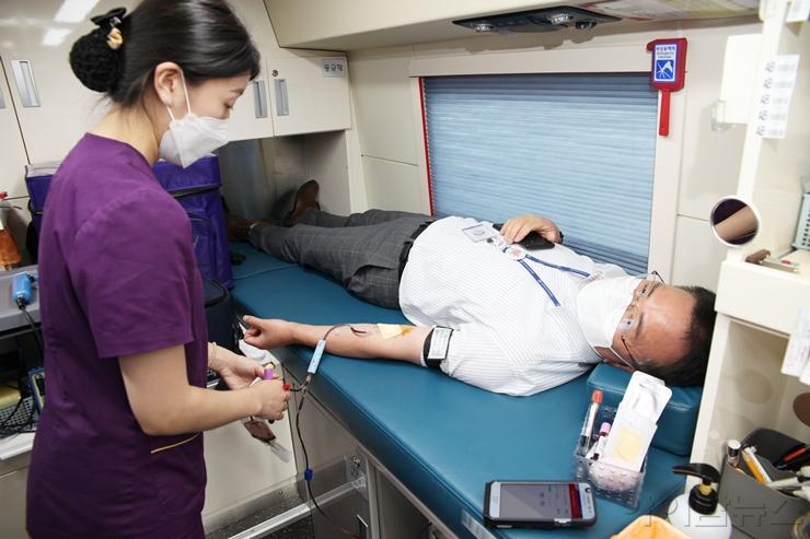 헌혈캠페인에 참여하는 인천성모병원 교직원.jpg