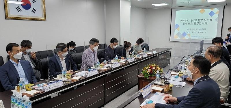 보건복지위원장 및 보건산업진흥원장 세종 공장 방문 사진 2.jpg